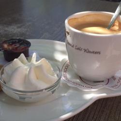 Koffie met slagroom en verse koekjes Grand Cafe Wouters